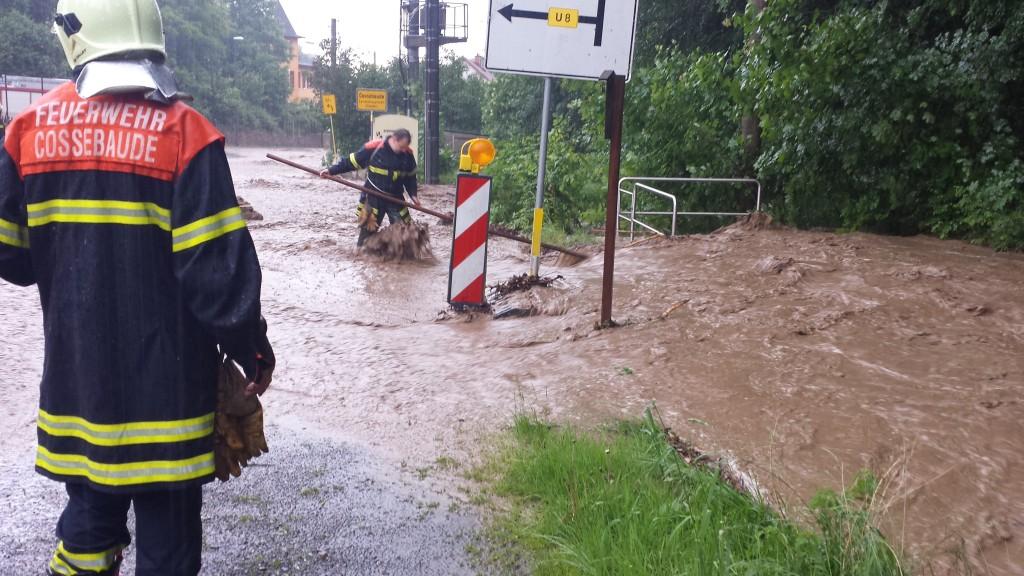 Überflutete Straßen in Cossebaude