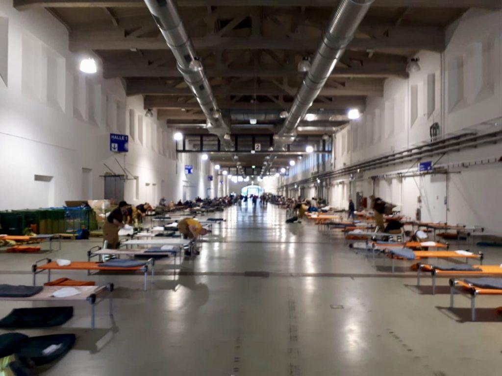Aufbau Evakuieeungszentrum in Messehalle